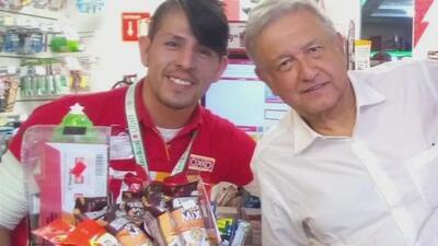 Andrés Manuel López Obrador entra a una tienda sin escoltas, se prepara su propio café y hasta posa para una foto con uno de los empleados