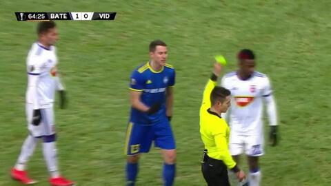 Tarjeta amarilla. El árbitro amonesta a Nikolai Signevich de BATE Borisov