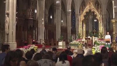 Cientos de creyentes visitan la catedral San Patricio durante el Domingo de Pascua bajo estrictas medidas de seguridad
