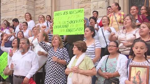Decenas de personas piden el regreso del padre Gary Graf, acusado de presunta conducta inapropiada