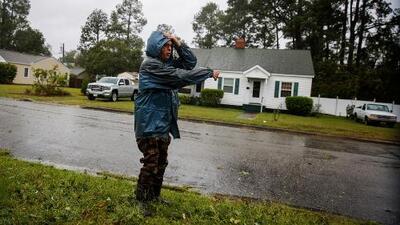 Florence se debilita y algunas familias se arriesgan a regresar a sus casas para pasar la tormenta