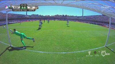 ¡Portero! Eduardo Vargas buscaba el gol pero Saldívar rechazó