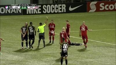 Tarjeta amarilla. El árbitro amonesta a Griffin Dorsey de Toronto FC