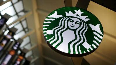 Starbucks cierra unas 8,000 tiendas mientras capacita a empleados tras arresto de hombres de raza negra en Filadelfia