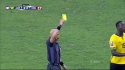 Tarjeta amarilla. El árbitro amonesta a Nikolas Ledgerwood de Canadá