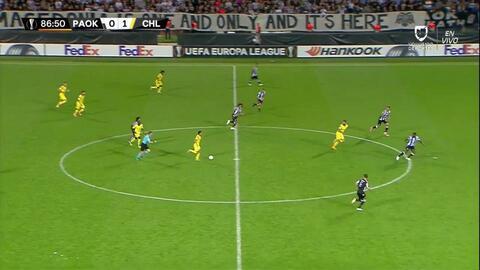 Tarjeta amarilla. El árbitro amonesta a Pontus Wernbloom de PAOK Salonika