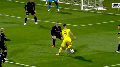 Justin Meram se lleva 'de corbata' a Wayne Rooney y por poco hace un golazo