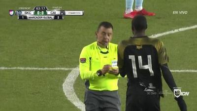 Tarjeta amarilla. El árbitro amonesta a José Guerra de Independiente La Chorrera