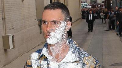 Adam Levine es atacado con azúcar