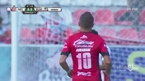 Leobardo López despeja el balón y aleja el peligro