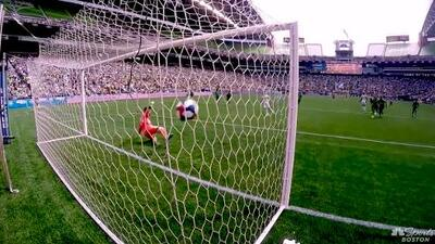 El español Carles Gil empata el marcador a tres minutos del final