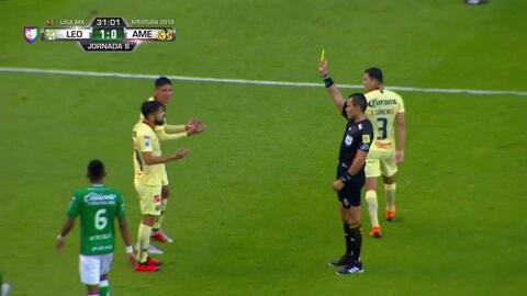 Tarjeta amarilla. El árbitro amonesta a Edson Álvarez de América