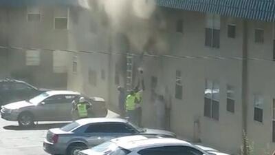 Al vuelo: los heroicos obreros de la construcción que salvaron una bebé y un niño del fuego