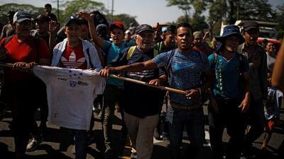 Unos 350 migrantes centroamericanos ingresaron a México tras romper las puertas de una garita fronteriza