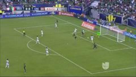 Uyy!! Casi gol. Carlos Esquivel patea y da en el arco