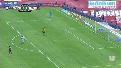 Tarjeta amarilla. El árbitro amonesta a Alfredo Saldívar de Pumas UNAM