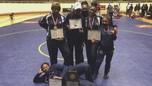 Las jóvenes figuras detrás de los éxitos del equipo femenino de lucha amateur de la preparatoria Kimball en Dallas