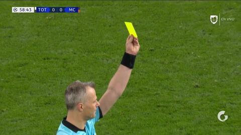 Tarjeta amarilla. El árbitro amonesta a Riyad Mahrez de Manchester City