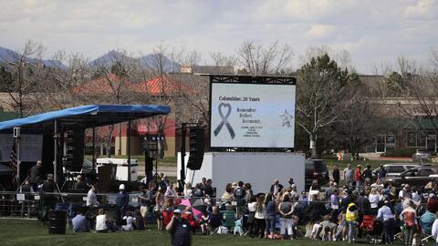 Con una solemne ceremonia, la comunidad se une y conmemora 20 años de la masacre de Columbine