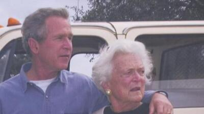 Exponen algunos vestidos de Barbara Bush para rendirle homenaje tras su muerte