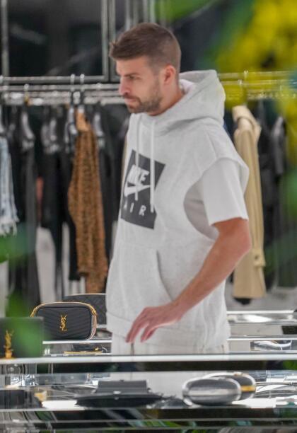 Piqué estuvo mirando ropa, zapatillas y también algunos artículos que podrían ser para Shakira.