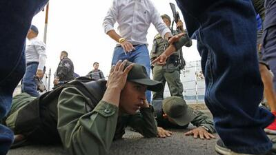 Decenas de militares venezolanos abandonan a Maduro, reconocen a Guaidó y se refugian en Colombia