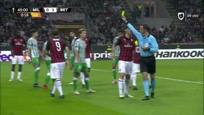 Tarjeta amarilla. El árbitro amonesta a Gonzalo Higuaín de Milan