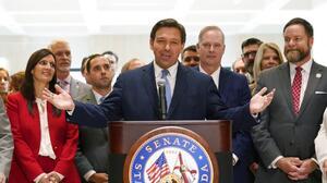 DeSantis convierte en ley el plan republicano que restringe el voto en Florida