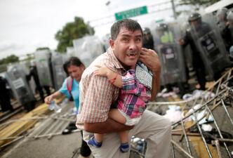 Imágenes del caos durante el paso de la caravana de migrantes de Guatemala a México