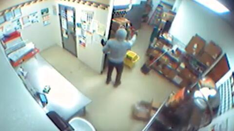Como no pudo someter a la empleada de un Subway, este ladrón arremetió a tiros contra la registradora