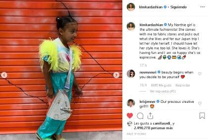 """Ahora, el pasado fin de semana, Kim aprovechó su  <b><a href=""""https://www.instagram.com/kimkardashian/"""" target=""""_blank"""">cuenta de Instagram</a></b> para volver a dejar claro el gusto y glamur de su hija con una serie de fotos en las que aparece con prendas y looks de vanguardia. Ahí, su madre la bautizó como la """"máxima 'fashionista'""""."""