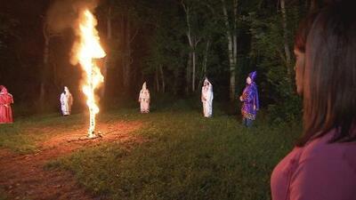 Por primera vez una afrodescendiente presencia el ritual de la quema de la cruz del KKK (Parte 2)