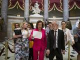 """Los demócratas se dividen y aprueban """"renuentemente"""" la ley del Senado para enviar ayuda humanitaria a la frontera"""