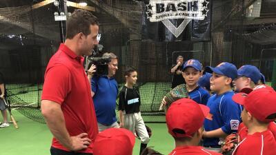 Anthony Rizzo de los Cubs le enseñó a jóvenes de Chicago los fundamentos del béisbol
