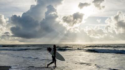 La calma antes de la tormenta: Algunos disfrutan las playas mientras miles se ponen a salvo de Florence