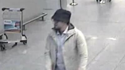 Las primeras imágenes del terrorista buscado por los atentados en Bruselas