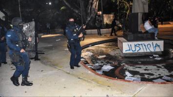 Policía de Cancún dispara para dispersar protesta feminista por la muerte de una joven que fue descuartizada