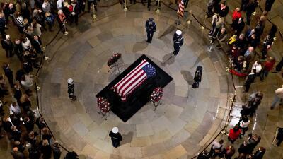 Líderes políticos, diplomáticos y ciudadanos comunes rinden honores al expresidente Bush en el Capitolio (fotos)