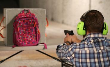 En fotos: mochilas blindadas ya son parte de la lista de regreso a clases en EEUU