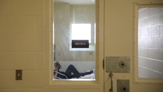 Por qué la falta de acceso a servicios de salud mental contribuye a que muchas personas terminen en la cárcel