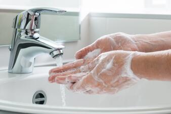 Hasta 30% de las personas tiene bacterias fecales en las manos: aprende a lavártelas correctamente