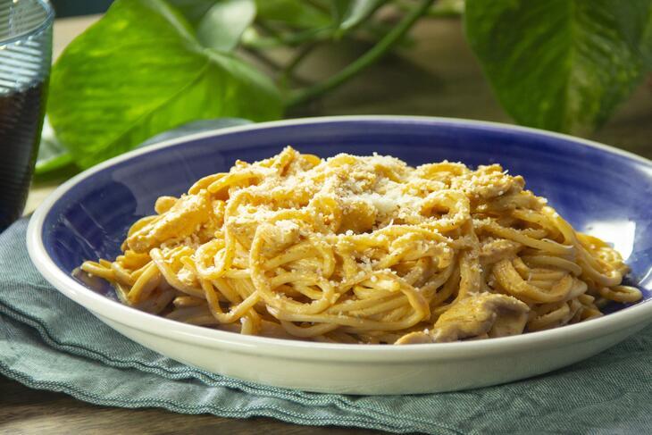 Espaguetis con pollo y crema de chipotle