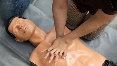 El HISD imparte clases de primeros auxilios a los estudiantes de sus escuelas