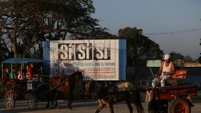 """Cubanos van a las urnas para decidir sobre una nueva Constitución que la oposición califica de """"burla"""""""