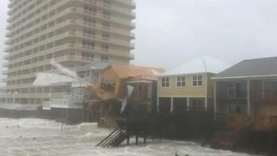 Los fuertes vientos del huracán Michael derrumban casas y arrancan techos