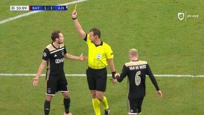 Tarjeta amarilla. El árbitro amonesta a Daley Blind de Ajax