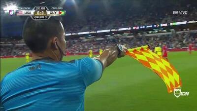 Fuera de juego de Weston McKennie: El juez de línea levanta el banderín y anula la jugada.