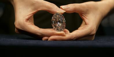 Un raro diamante blanco de 102 quilates es vendido como una 'ganga' tras ser subastado sin precio de entrada