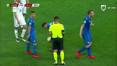 Tarjeta amarilla. El árbitro amonesta a Eldar Civic de Bosnia and Herzegovina