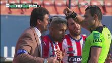 Leonel Rocco y Felipe Gallegos ven la tarjeta de expulsión